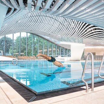 Jump into the lap pool at Paracelsus Bad in Salzburg | © Paracelsus Bad & Kurhaus / Ch.Wöckinger
